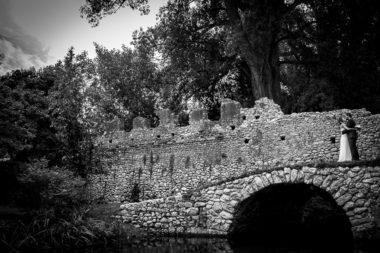 rustic chic sposi giardini di ninfa ponte bianco e nero