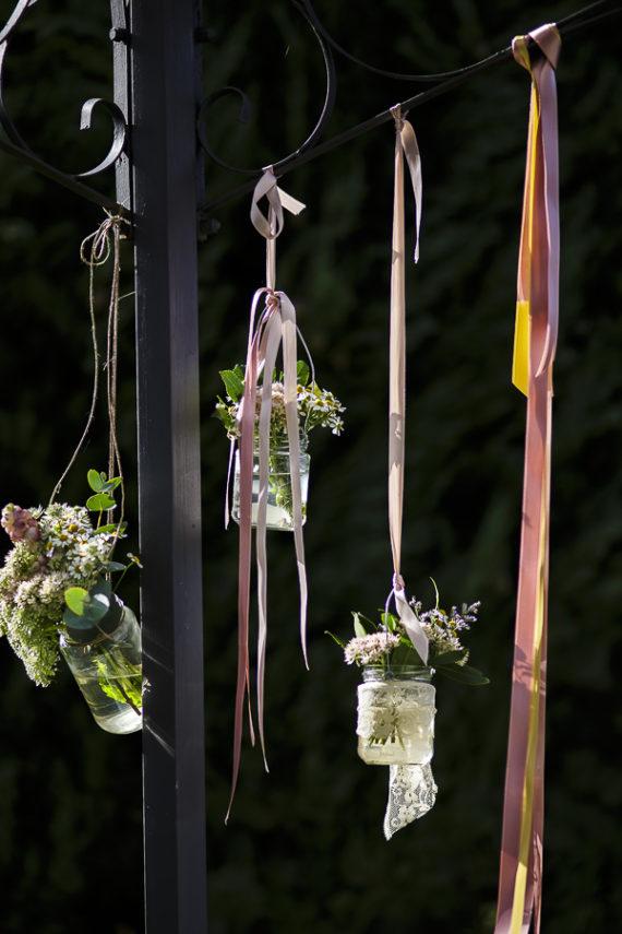 rustic chic vasetti pendenti fiori nastri dettagli