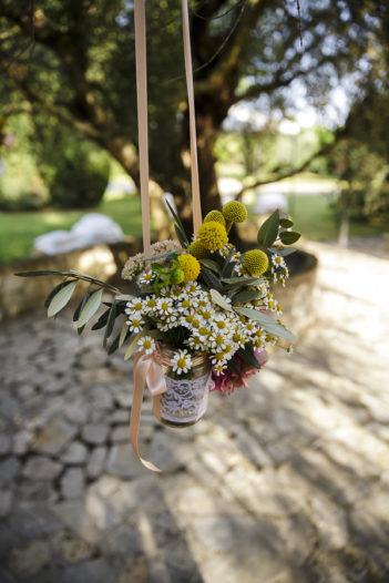 rustic chic vasetti pendenti fiori campestri