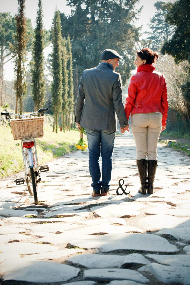 love session passeggiando in bicicletta coppia in bici su via appia
