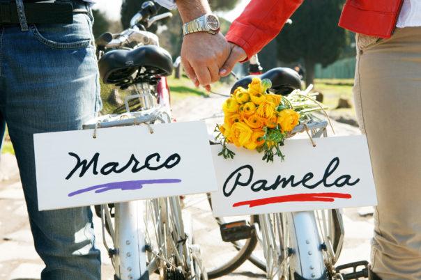 love session passeggiando in bicicletta mano nella mano in bici