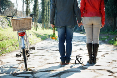 love session passeggiando in bicicletta coppia di spalle