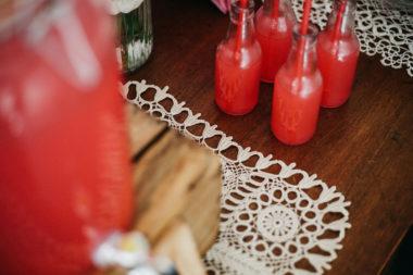 Dessert table ciliegie dispenser e bottiglie di vetro