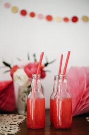 Dessert table ciliegie bottiglie succo di ciliegie
