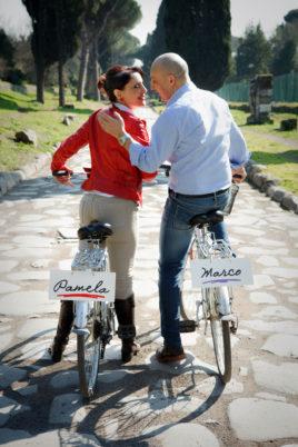 love session passeggiando in bicicletta in bici su via appia