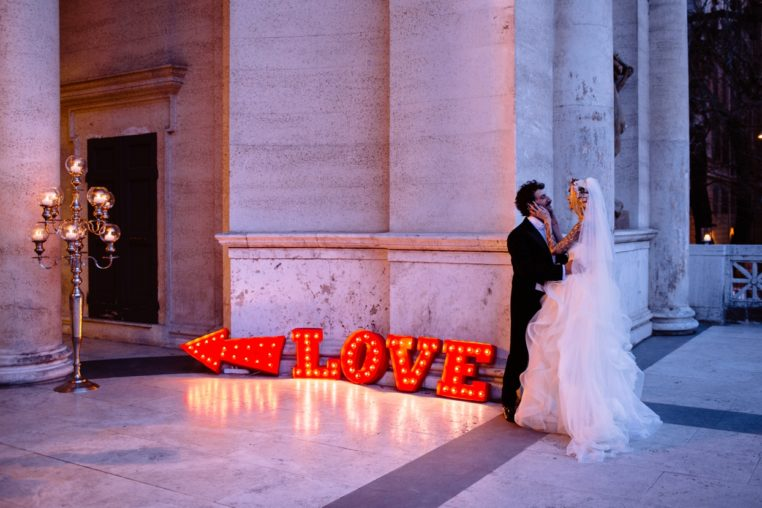 circus-wedding-scritta luminosa-love-sposi