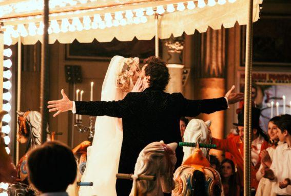 circus-wedding-bacio-su-giostra