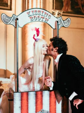 circus-wedding-kissing-booth-sposi