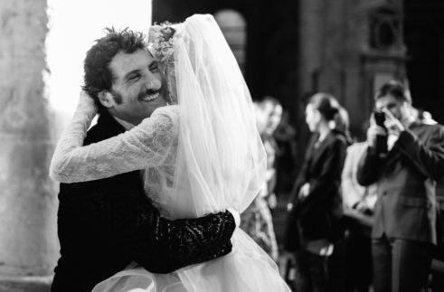 circus-wedding-abbraccio-sposi-in-chiesa