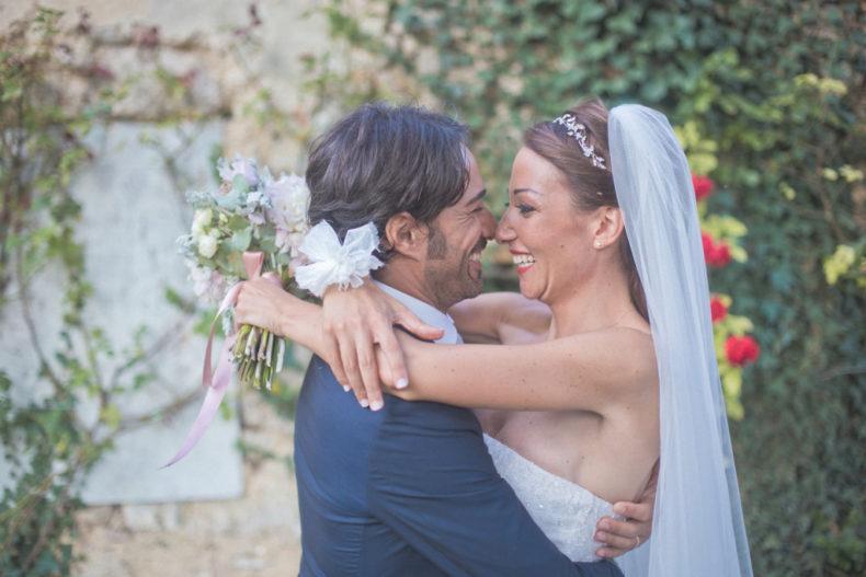 matrimonio romantico in umbria abbraccio sposi