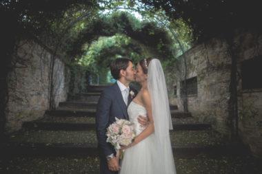 matrimonio romantico in umbria bacio sposi chiostro