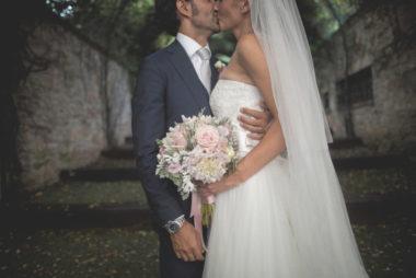 matrimonio romantico in umbria bacio sposi