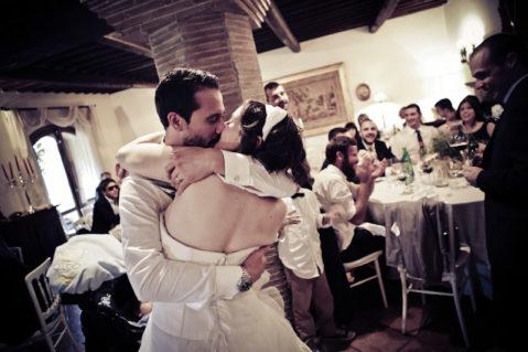 matrimonio vintage bacio sposi ricevimento