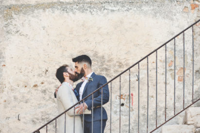 elopement-in-sextantio-bacio-coppia-gay