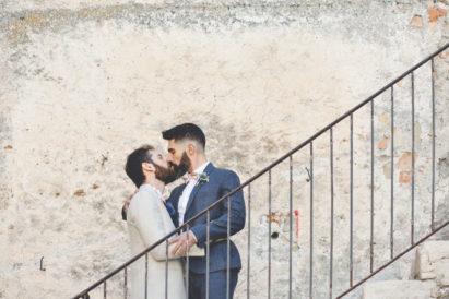 elopement-in-sextantio-bacio-coppia-gay