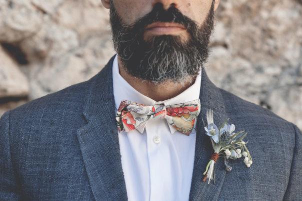 elopement-in-sextantio-dettaglio-sposo-barba-papillon-bottoniera
