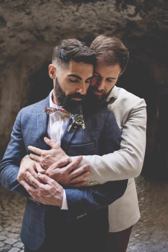 elopement-in-sextantio-coppia-gay-abbraccio