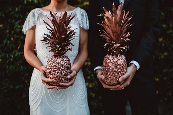 coppia di sposi con ananas