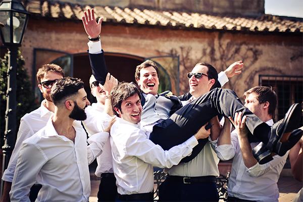 sposo lanciato in aria dai testimoni